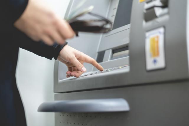 ATMを使う男性