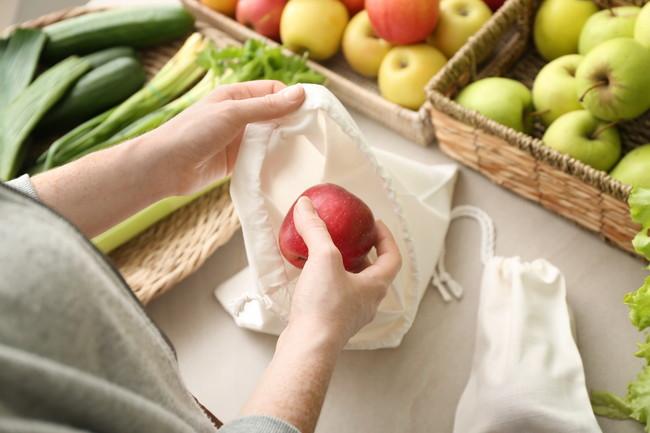 袋にリンゴを入れる様子