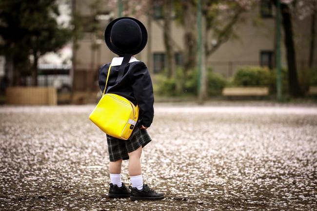 一人でたたずむ幼稚園児