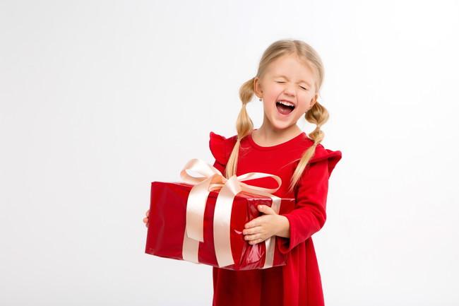 プレゼントをもらって嬉しい女児