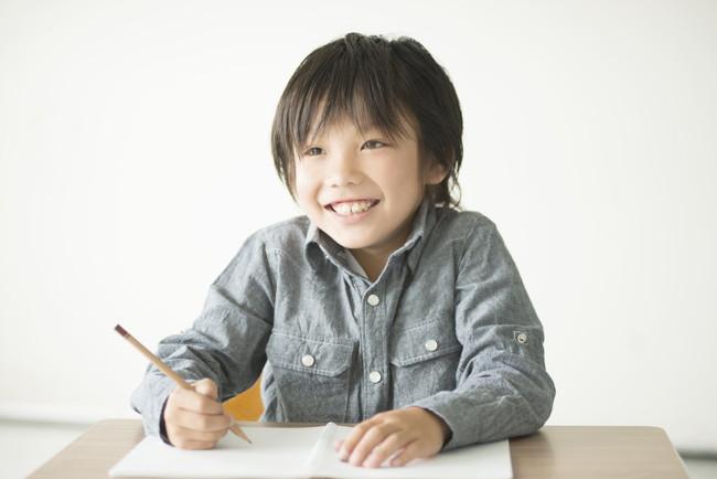 笑顔で勉強する男の子