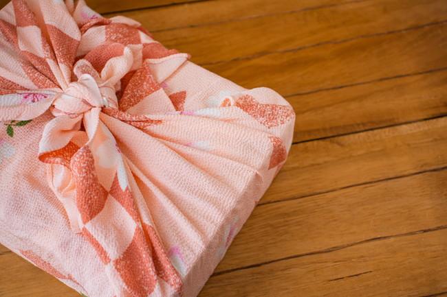 美しい風呂敷に包まれた菓子折り