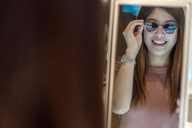 伊達メガネをかける女性