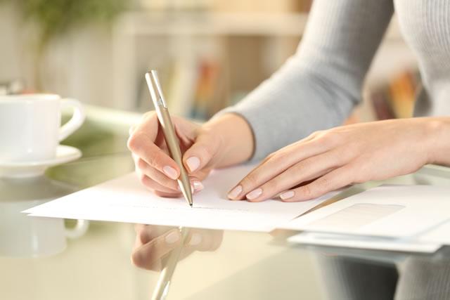 ビジネス文書を書く女性
