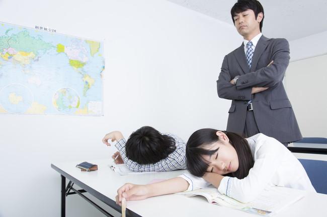 勉強をさぼる子供たち