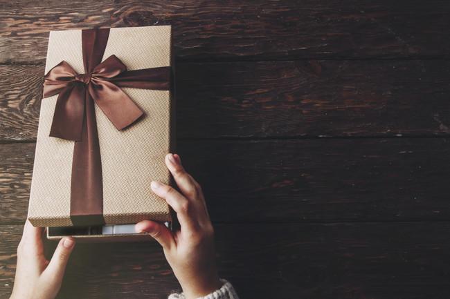 贈り物を開ける様子