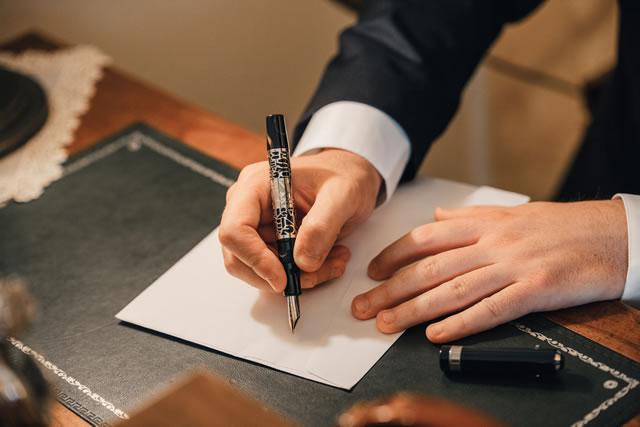 ビジネス文書を書く男性