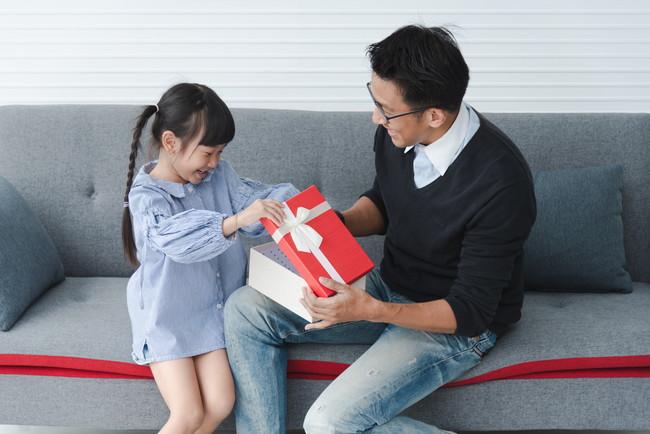 子どもにプレゼントを渡す男性