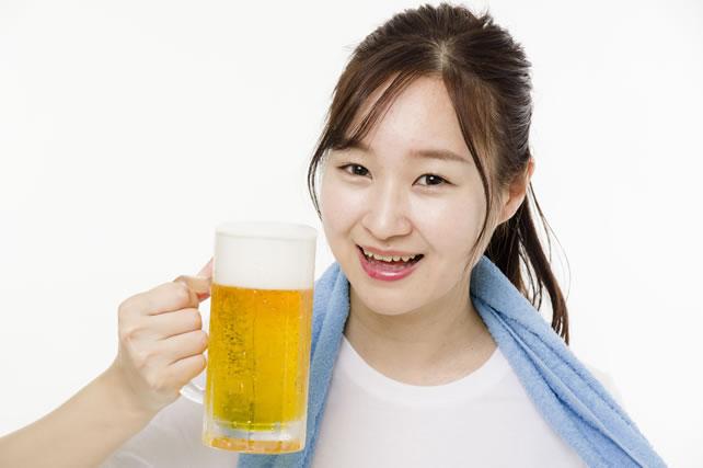 風呂上がりにビールを飲む女性