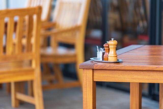 木製の家具、テーブルの隅に置かれた調味料