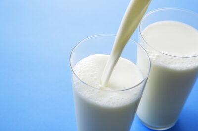 コップに牛乳を注いでいるところ