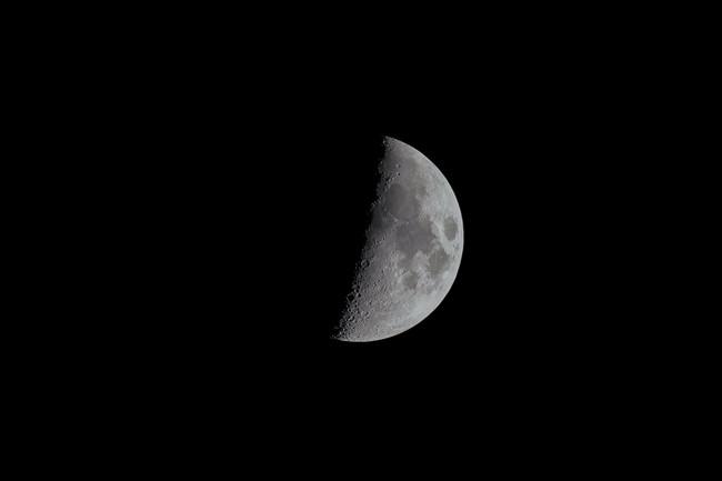 上弦の月と空