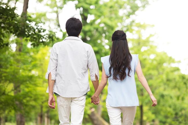 公園を並んで歩く夫婦