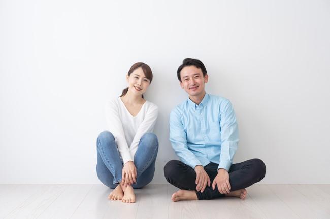 笑顔で座っている夫婦