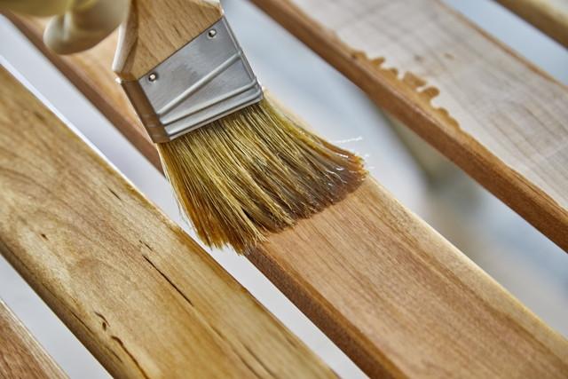木材にハケでニスを塗る様子