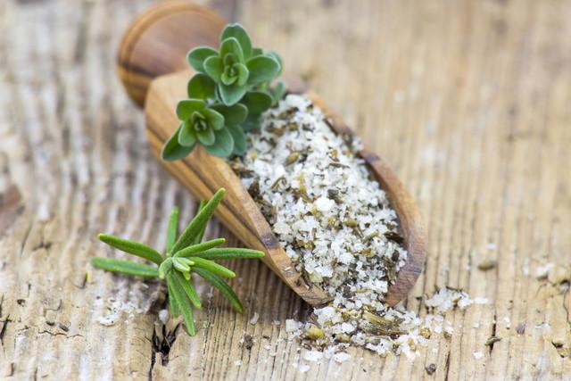 木製のスプーンにハーブと塩