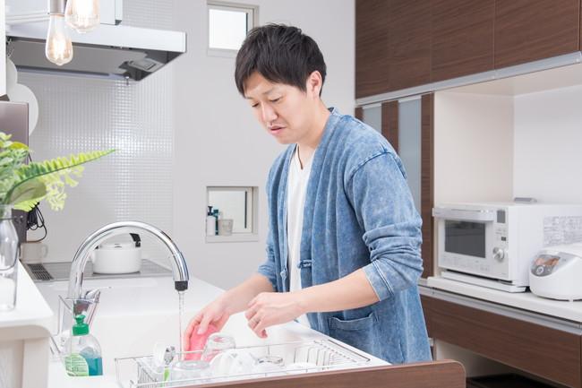 洗い物をする男性