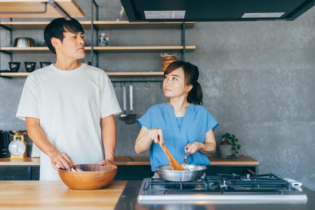 キッチンで喧嘩する男女