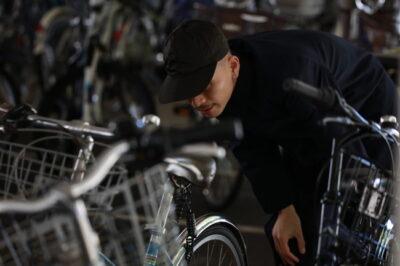 自転車を物色する男性