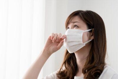 花粉症でマスクをしている女性