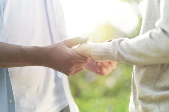 手を取り合っている夫婦イメージ