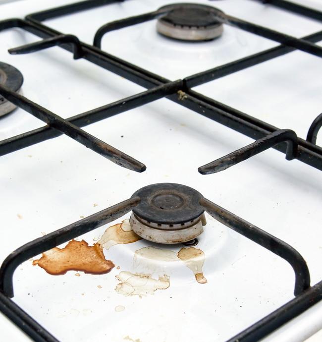 料理の汁で汚れたコンロ