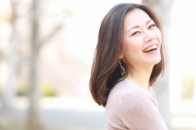 微笑んでいる30代の女性