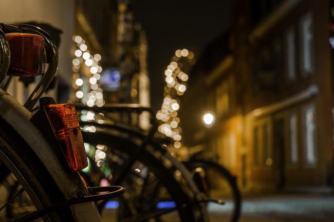 夜の街にとめてある自転車