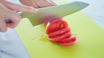 包丁でトマトをスライスしているところ