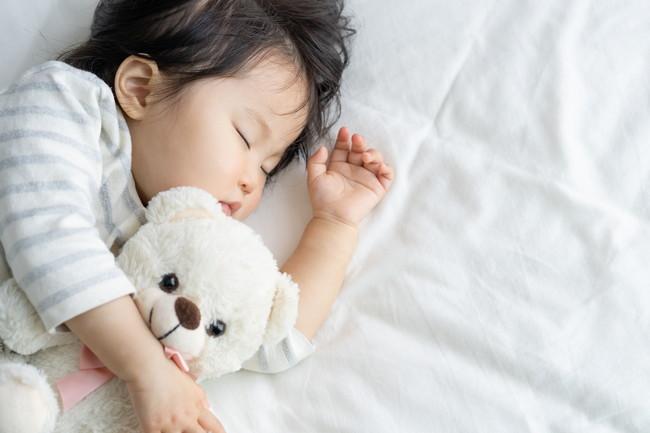 昼寝をしている子供