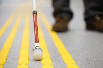 視覚障害者誘導用表示と白杖