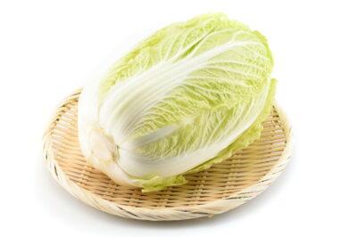 竹ざるの上の白菜
