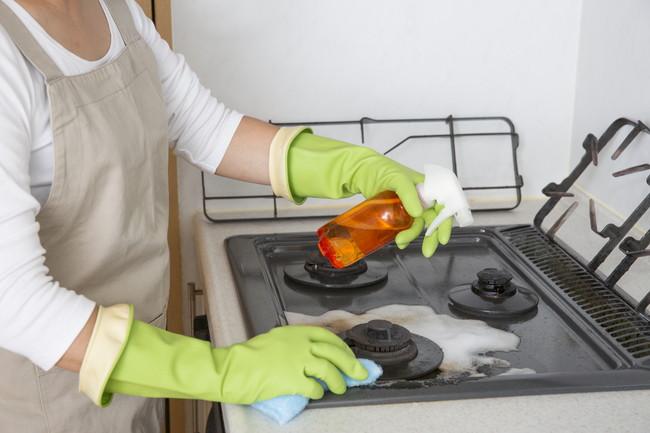洗剤でコンロの掃除をしているところ