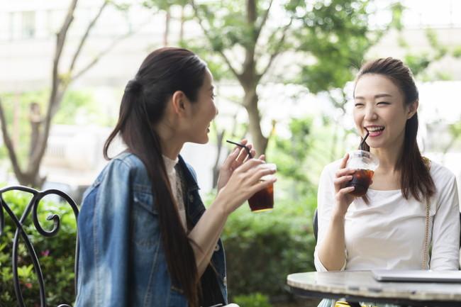 テラス席で楽しそうに会話をしている女性