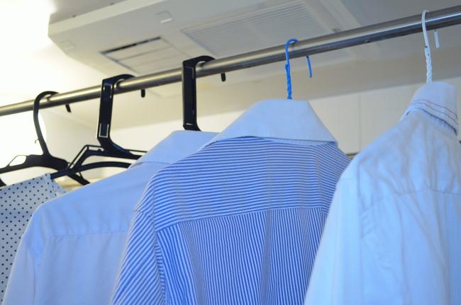 浴室乾燥機で乾かしているシャツ