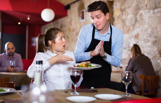 レストランでスタッフにクレームを言う女性