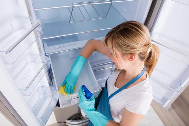 冷蔵庫のチルド室を掃除している女性