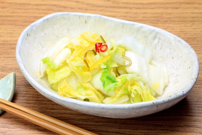 白い器と白菜の漬物