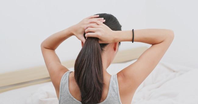 髪を一つにまとめている女性