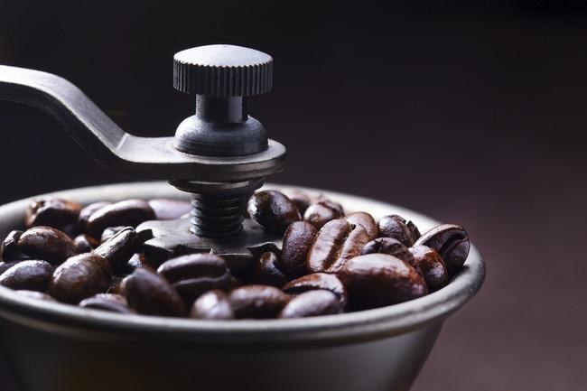焙煎コーヒー豆を挽く