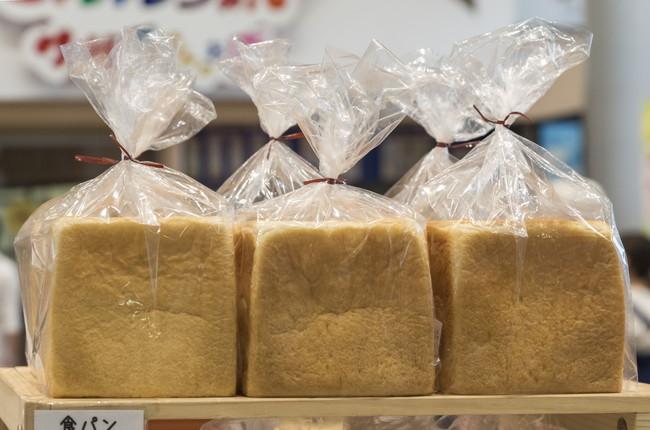 ビニール袋に入った食パン