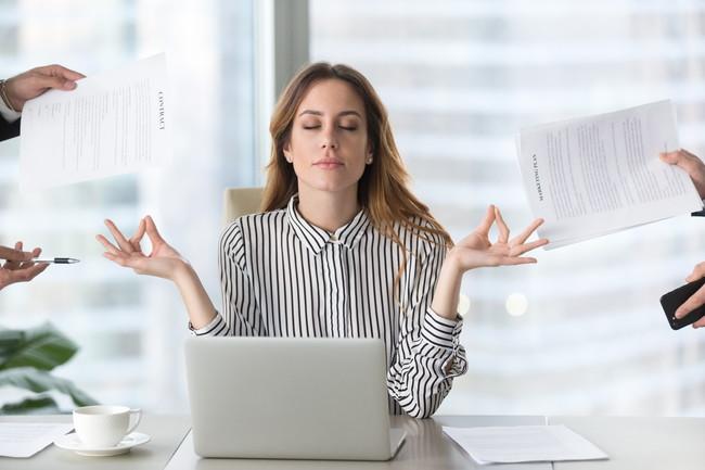 仕事をたくさん頼まれてストレスを感じている女性
