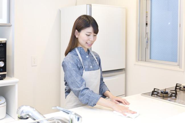 キッチンを掃除している女性