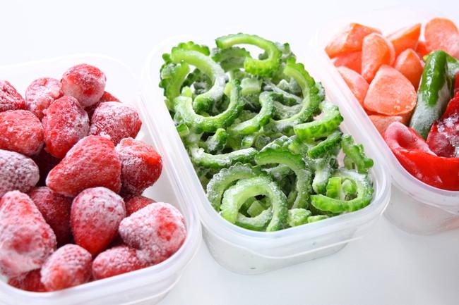 保存容器に入った冷凍野菜と冷凍フルーツ
