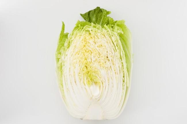 半分にカットした新鮮な白菜