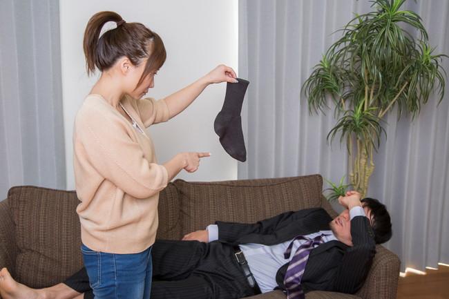靴下を散らかしたことを怒る女性