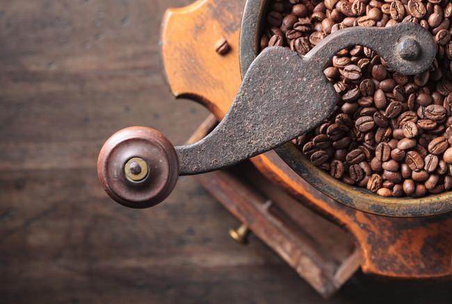 クラシカルなコーヒーミルとコーヒー豆