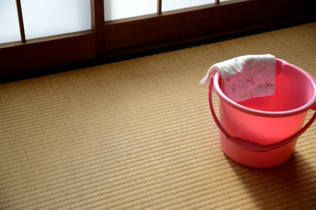 畳の上に置かれたバケツと雑巾
