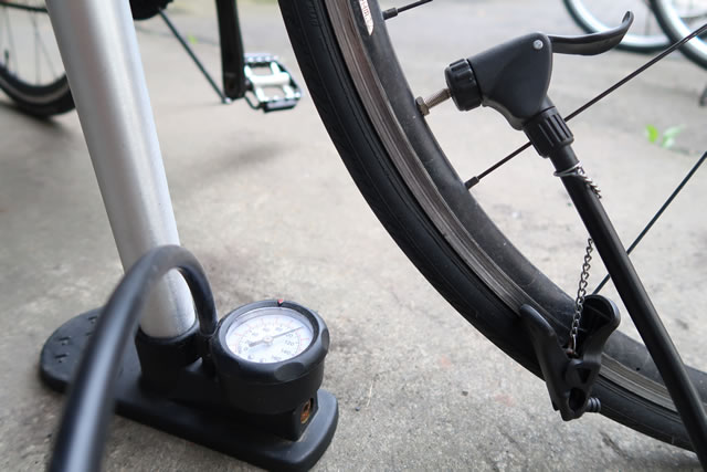 自転車に空気を入れる