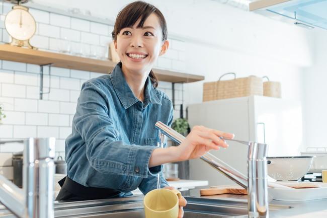 笑顔で洗いものをする女性